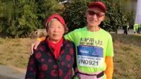 74岁老人三年跑15场马拉松 老伴全程陪伴做后勤