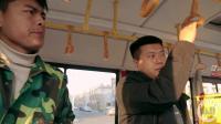 小偷公交车上偷钱包, 看小伙如何整治小偷, 最后结局太逗了