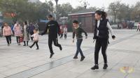 祖孙三辈人一起跳超火的广场舞《6步绕》, 一旁路人也跟着跳了起来