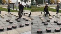 两老人巨型棋盘博弈 以身入局脚踢棋引围观