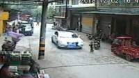 4岁男童被卷入车底_数十路人抬车救人
