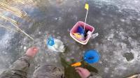 冰钓之第一次 掉到梭子鱼。这是一次极端的薄冰钓鱼