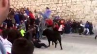 西班牙公牛游行时突然发狂 无辜路人被顶飞