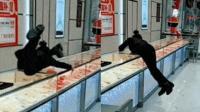 怀疑顾客逃单 金店女销售员飞身跨柜台猛追
