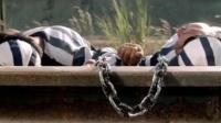 富贵列车,囚犯为了把链子弄断,跑火车轨道上睡觉,结果却逗了