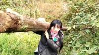 """四川: 95后山村姑娘背砖劈柴样样行 被冠""""最美女汉子""""称号"""