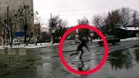 小伙过马路脚底打滑 一个跟头行去流水翻过