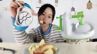 """妹子试玩""""切苹果神器"""", 有了这两个神器, 吃苹果就方便多了"""