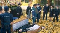 俩小伙去葬礼,推翻棺材脚踩尸体,当场所有人都吓一跳,活了?