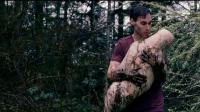 奇幻电影 小伙野外受到指引在树下挖出一个人形皮囊 居然还孵化出一个少女