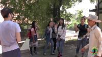 在柬埔寨公园, 偶遇一群妹子, 中国小哥直接上去搭讪
