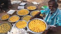 印度大爷用1000个鸡蛋做美食, 分给路边流浪汉, 太暖心!