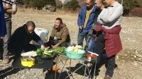 自改面包车穷游西藏, 野外做饭被围观, 6个人看着我做火锅