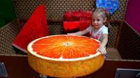 熊孩子这是在哪儿玩呢? 这个地方可真有趣! 这个橘子真大呀! 看上去很美味呢!