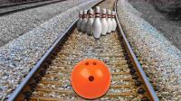 老外将保龄球放火车轨道上, 火车驶过会脱轨吗? 网友: 不作不会死!