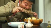 一盆板面, 三头蒜, 一根龙骨吸着吃, 小伙牛肉羊肉一顿吃, 真过瘾