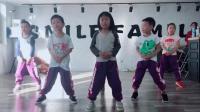多活泼的小朋友们啊, 跳起舞来一点也不比大人差
