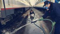 火车上上厕所真的像说的那样直排到铁轨上的吗? 清洁员告诉你答案