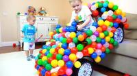 熊孩子们的这辆玩具车可真是漂亮呢! 这两个小家伙可真是贪玩呀! —萌娃: 宝宝会魔法呢!