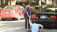 老外开跑车半路没油找人帮忙推车, 自己却突然消失, 谁偷的井盖?