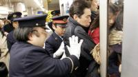 日本最让人心酸的职业: 专门帮人挤地铁, 每年工资近25万!