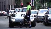 有钱了不起? 小伙骑自行车教兰博基尼做人, 老外是真不怕事儿!