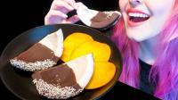 美女吃巧克力椰片, 咬下去脆脆的弥漫着清香, 网友: 感觉嘴巴都馋了