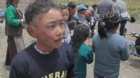 从拉萨跑了一上午来藏区看望藏族小朋友们, 带了小礼物, 他们很开心!