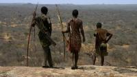 非洲原始部落, 依然住着最简陋的草屋, 靠狩猎采集为生!