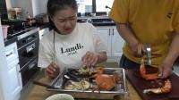 花了三百块买了两只三门大青蟹, 整整两斤重, 两人分着吃吃美了