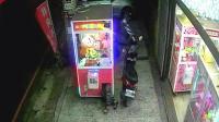 一小伙为讨好女朋友, 钻入游戏机偷娃娃, 这身材真好!