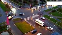 意外总是发生在一瞬间, 小轿车以为加速冲过去, 没想到会是这样