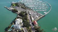 新西兰的奥克兰码头, 大船要收停船费, 小船没人管随便放