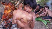 三个小孩野外烤猪头吃, 看他们抢着吃的那么香, 我都流口水了!