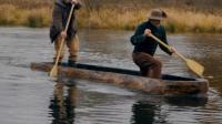 外国老大爷制作了原始的独木舟, 原生态的野外郊游, 童心未泯!