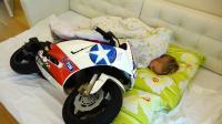 熊孩子把心爱的摩托车当做孩子在养呀! 一起睡觉, 一起吃饭, 可真逗啊!