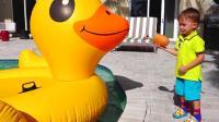 熊孩子们去水池喂鸭子, 哈哈! 这只大黄鸭真是萌萌哒! —萌娃: 你也想吃吗?