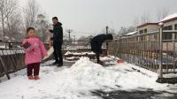 农村90后夫妻在平房上铲雪, 3岁宝宝来帮忙, 还自夸看我厉害吧