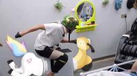 王彦霖带着孙俪的头盔在空气净化器上模仿骑摩托车, 最后因为头太大, 头盔摘不下来了