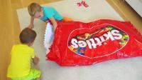熊孩子们的这袋零食可真大啊! 哪儿来的呀? —萌娃: 不好! 老妈过来啦! 快藏起来
