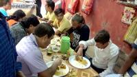 印度的路边饭店, 看看印度人怎么用手吃饭? 中国小伙表示吃不下!
