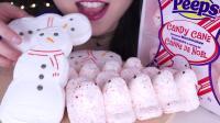 小姐姐吃可爱的雪人棉花糖, 大口咬酥脆无比, 网友: 听声音真舒服!
