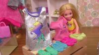 芭比娃娃玩具: 塞瑞娜和安娜维拉去儿童区挑选自己喜欢的衣服和鞋