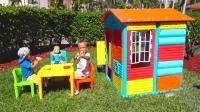 快下雨了, 萌娃小可爱赶忙叫来哥哥帮他搭建了一座漂亮的小房子, 小家伙们真棒!