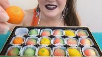 """外国阿姨吃彩色""""水果"""", 咬开时才发现被骗了, 新奇的创意层出不穷"""