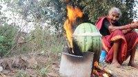 印度老人制作奇葩美食, 西瓜里炖鸡肉, 看完还有食欲吗?