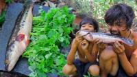 荒野生存: 一条黑鱼, 哥俩用岩石板烹饪, 这种吃法非常美味