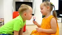 熊孩子们真是聪明呀! 自己在家做雪糕, 小家伙的小冰箱可真漂亮呢!