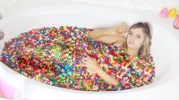 妹子挑战在60箱巧克力豆中泡澡 并且还吃了起来