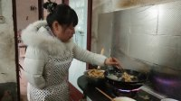 农村孙媳改善生活, 做的啥好吃的? 出锅后先给95岁奶奶端一碗